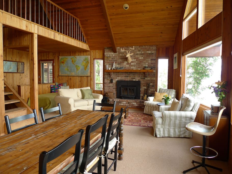 Dining &Living with Sweeping Views of Lake
