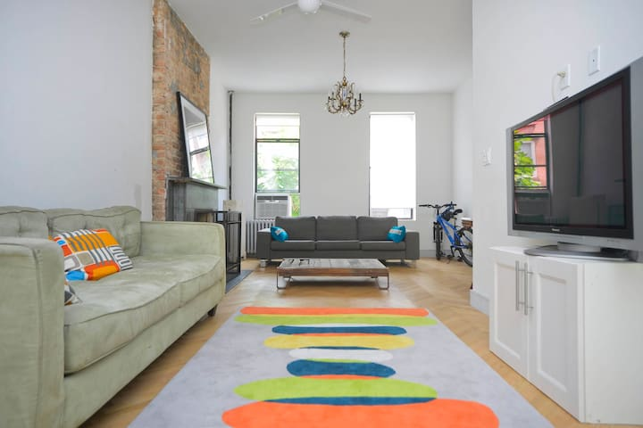 4BR Light-filled Entire House with Deck - Brooklyn - Haus