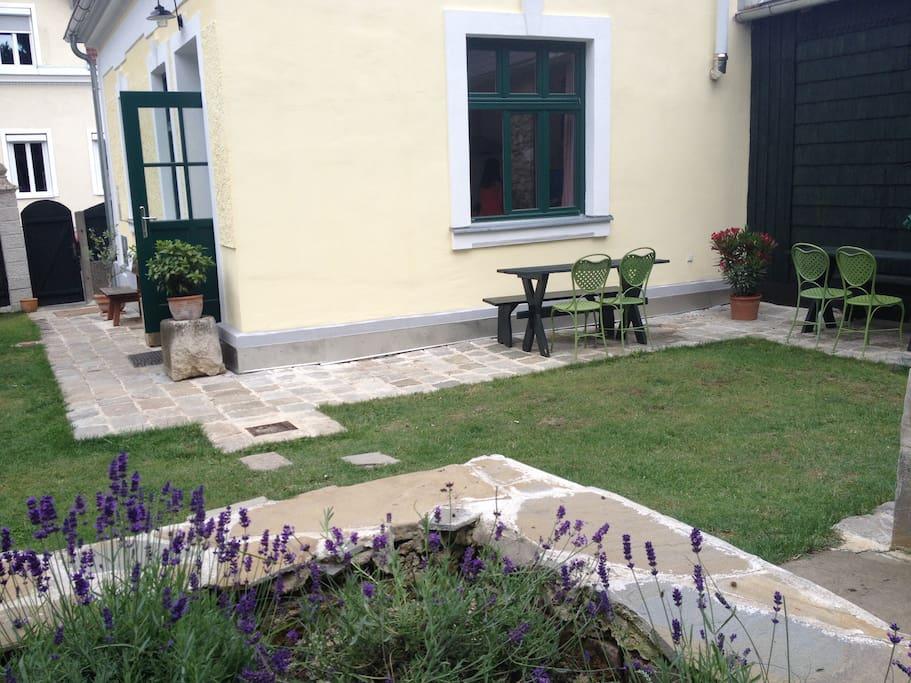 Gartenbereich hinter dem Haus mit Sitzgelegenheit Grillmöglichkeit