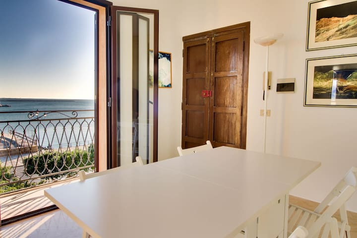 Charming apartment w/ private balcony and beautiful views of the sea!