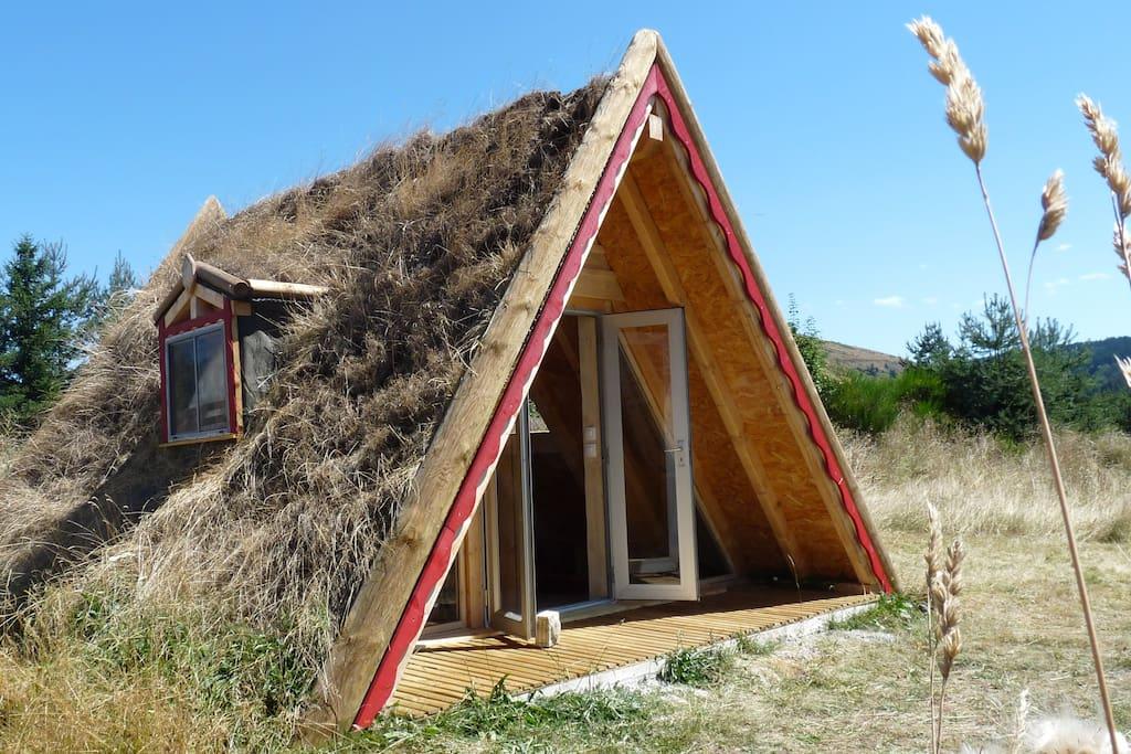 maison triangle en bois v g talis e vue g vaudan earth houses for rent in rauret auvergne. Black Bedroom Furniture Sets. Home Design Ideas
