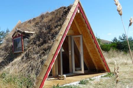 Maison triangle en bois végétalisée, vue Gévaudan - Rauret - Chalet