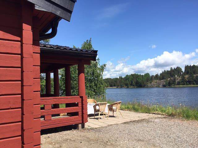 Stuga med sjötomt, brygga, bastu och roddbåt - Strängnäs - Kulübe