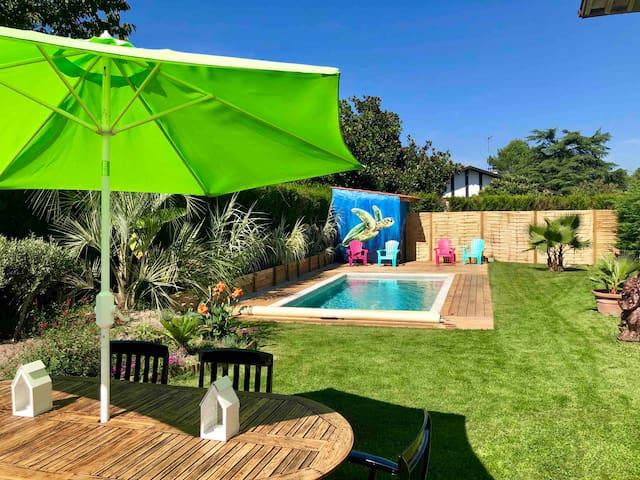 Spacieux logement dans villa avec piscine chauffée