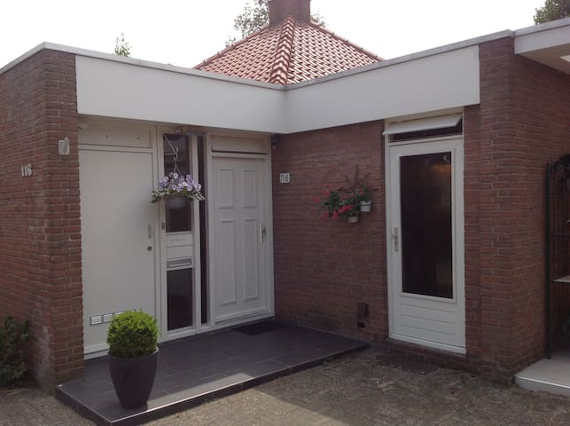 Comfortable bungalow dichtbij Rotterdam en Ahoy.