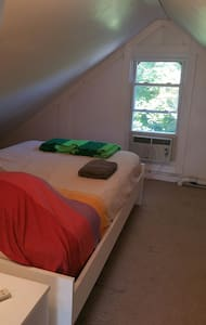 Finished Attic Bedroom w/ wifi - walk to Train etc - ノーウォーク (Norwalk) - アパート