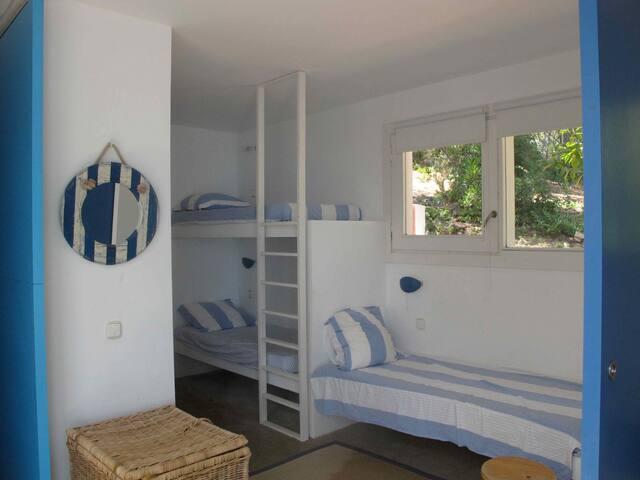 Une des deux chambres a 3 lits dont 2 superposés