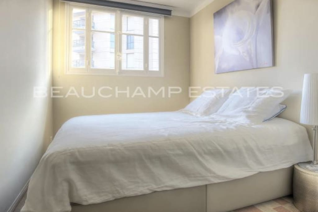 Sunny Small bedroom but with excellent KINGSIZE BED and nice linen. Ample hanging space.