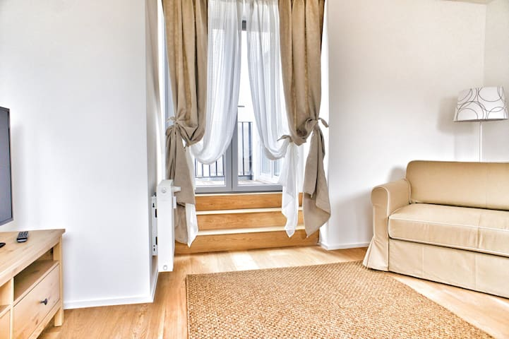 Two-level 1 bdrm flat, 75 sqm,6 min from Grand Pl.