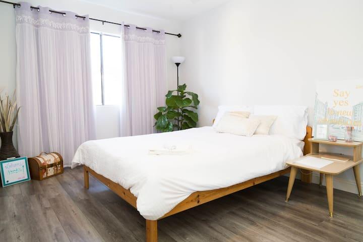 Royal Retreat Private Queen Room & Bath Pasadena
