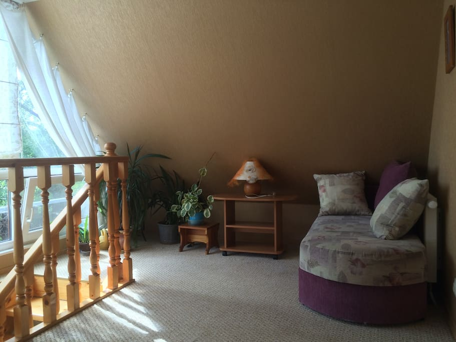 Зона отдыха с двумя диванчиками на втором этаже рядом со спальней, можно отдохнуть, почитать журналы.