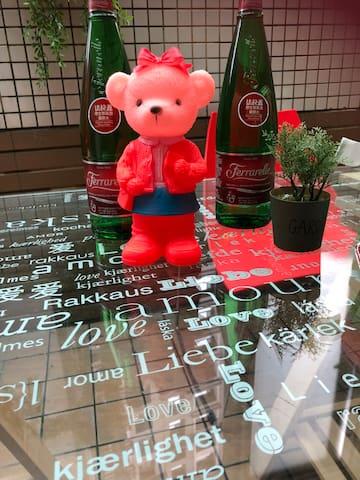 花園餐桌上的熊正在等待您