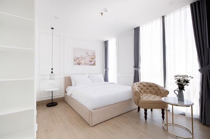 PANORAMA glasses studio ✨ queen bed ✨ FREE jacuzzi