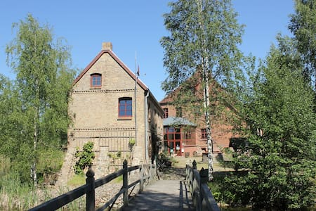 Rosenhaus (links) der Wasserburg Liepen