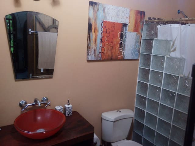 Bathroom, hot water, built for 2. Bano con agua caliente.