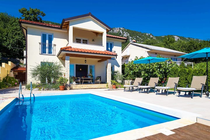 A beautiful holiday home for 6-8 people wth pool