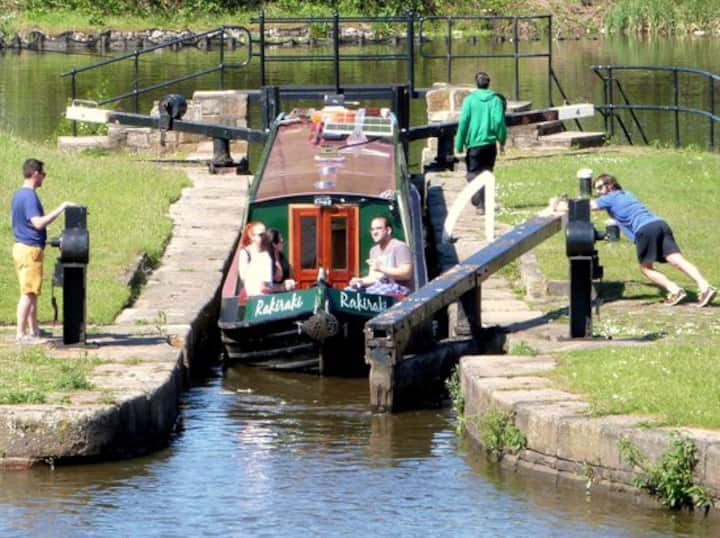 Floating Holidays, Narrowboat Rakiraki, Sleeps 10