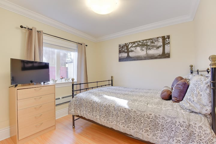 PRIVATE ROOM with Queen Bed and TV in Coquitlam