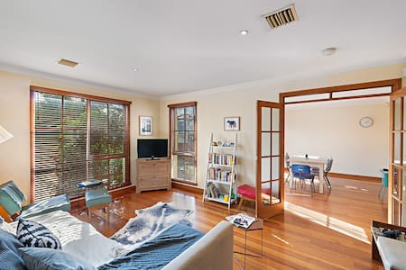 Great room for rent in perfect Northcote location - Northcote - House