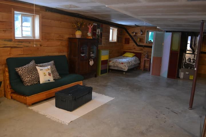 Comfy basement in spacious log house near Almonte