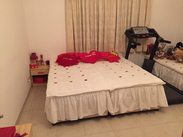Bedroom and private bathroom  2 mins from beach.