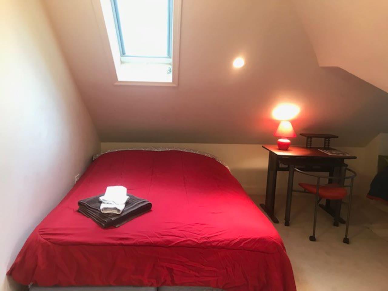 Top floor bedroom with lots of light - A happy bedroom !!!