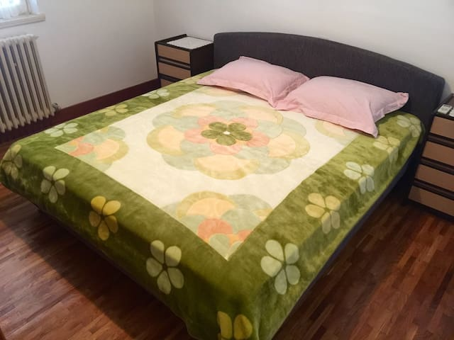 King size bed in the bedroom
