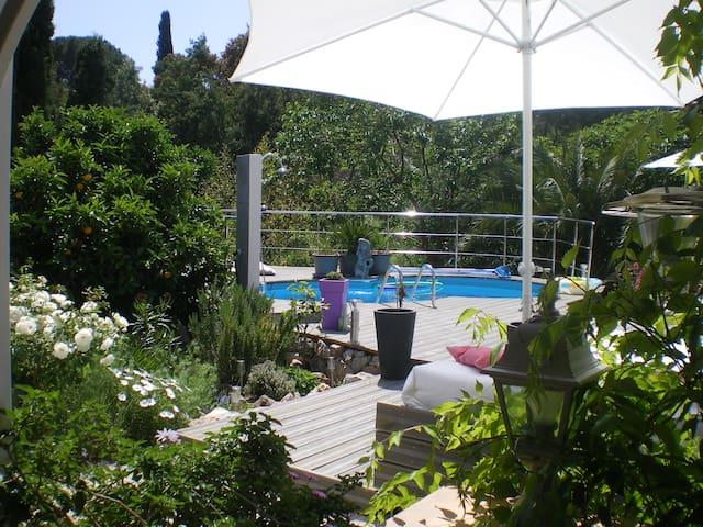Blick vom Studio zur Terrasse und Pool