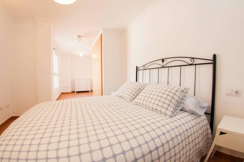 Dormitorio principal con cuarto de baño incluido.