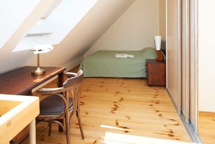 Двуспальная кровать на верхнем этаже