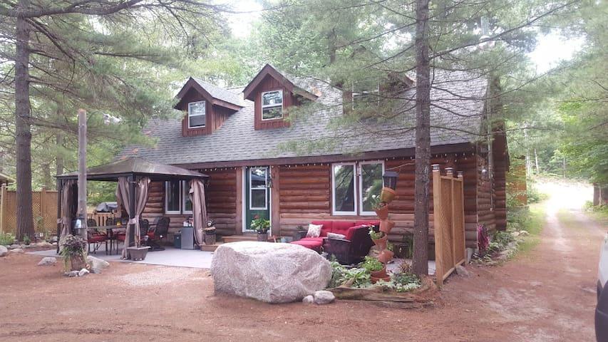 Pine Paradise Log Cottage, South River