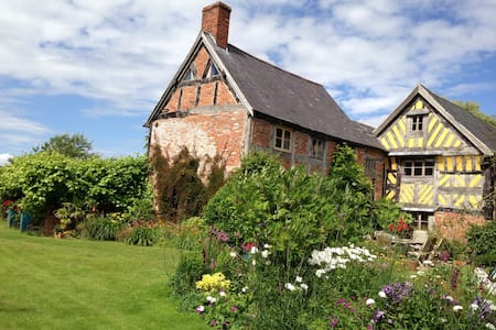 Beautiful 16thC Elizabethan House - Wrexham - Bed & Breakfast