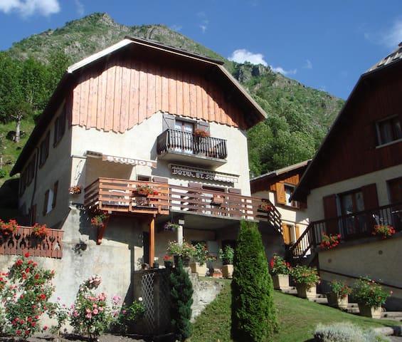 Studio 2 pers Vue montagne, Jardin commun, Piscine
