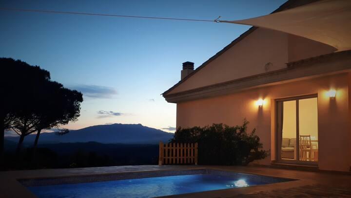 Casa con piscina a 10 minutos de la playa.
