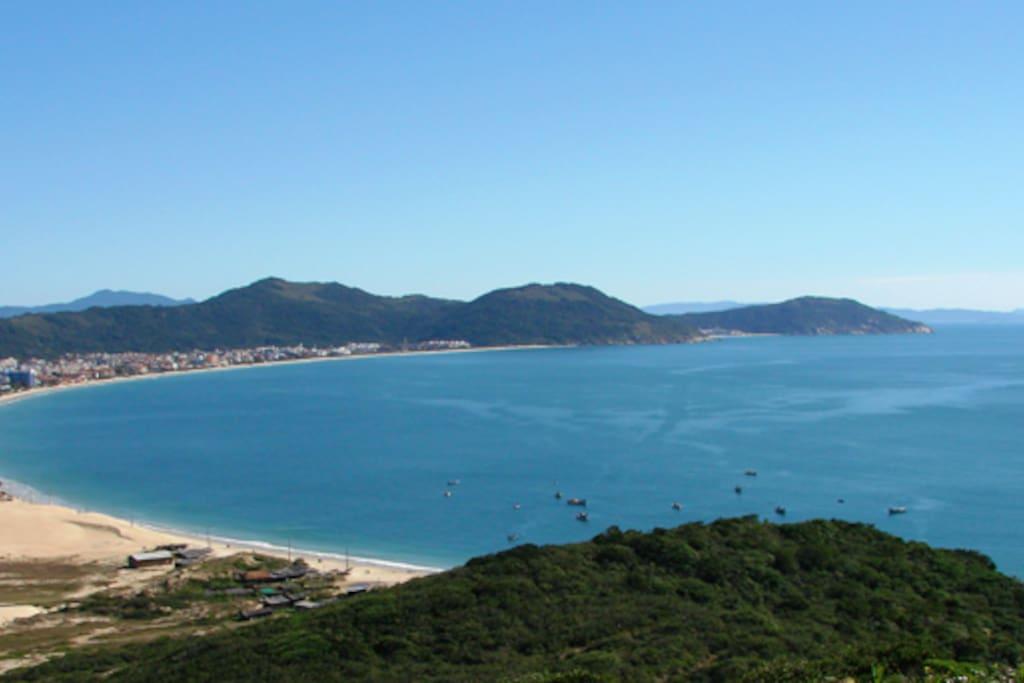 Vista geral da Praia dos Ingleses. Aos fundos, a Praia Brava