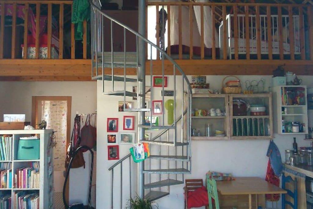 Vistas de las dos plantas,salon cocina baño enfrente y justo al lado la otra habitacion