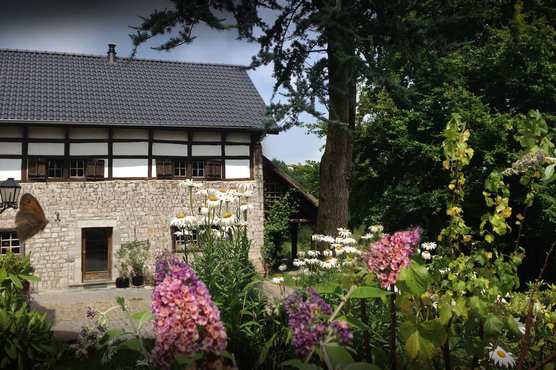 Gemütliches Bruchsteinhaus aus dem Jahr 1590 in Alleinlage. 3 Schlafzimmer mit Doppelbetten. Viele urige Elemente, 2 moderne Bäder und Küche