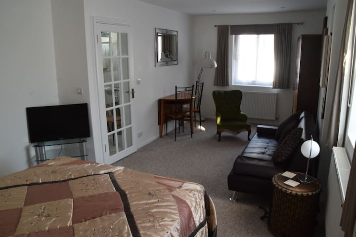 Entire flat. Own entrance. Free parking. Bus route