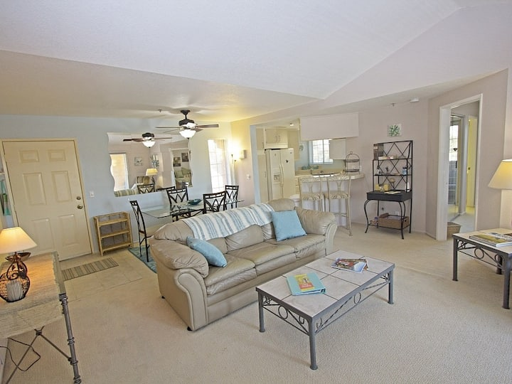 Fabulous dog-friendly escape w/ shared pool, gas grill, & tennis courts!