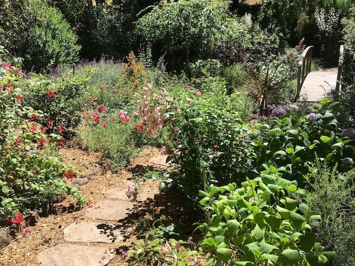 Quiet, private studio nestled in beautiful garden