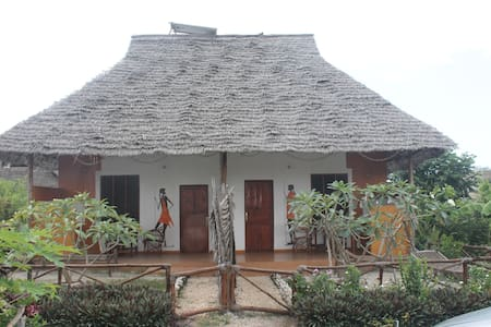 Bungalow with double room; one double bed - Pingwe