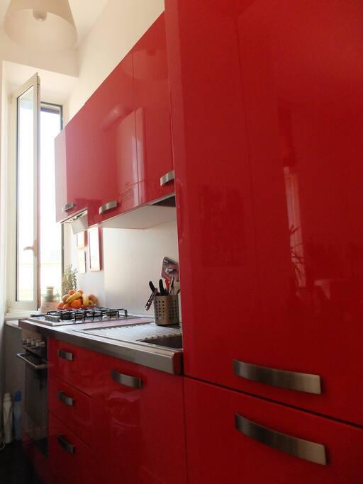 Angolo cottura nuovo, spazioso e di qualità. Equipaggiato con forno elettrico, forno a microonde, centrifuga e ampio freezer.