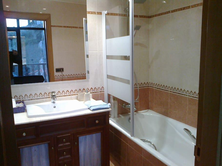 Uno de los banyos completos