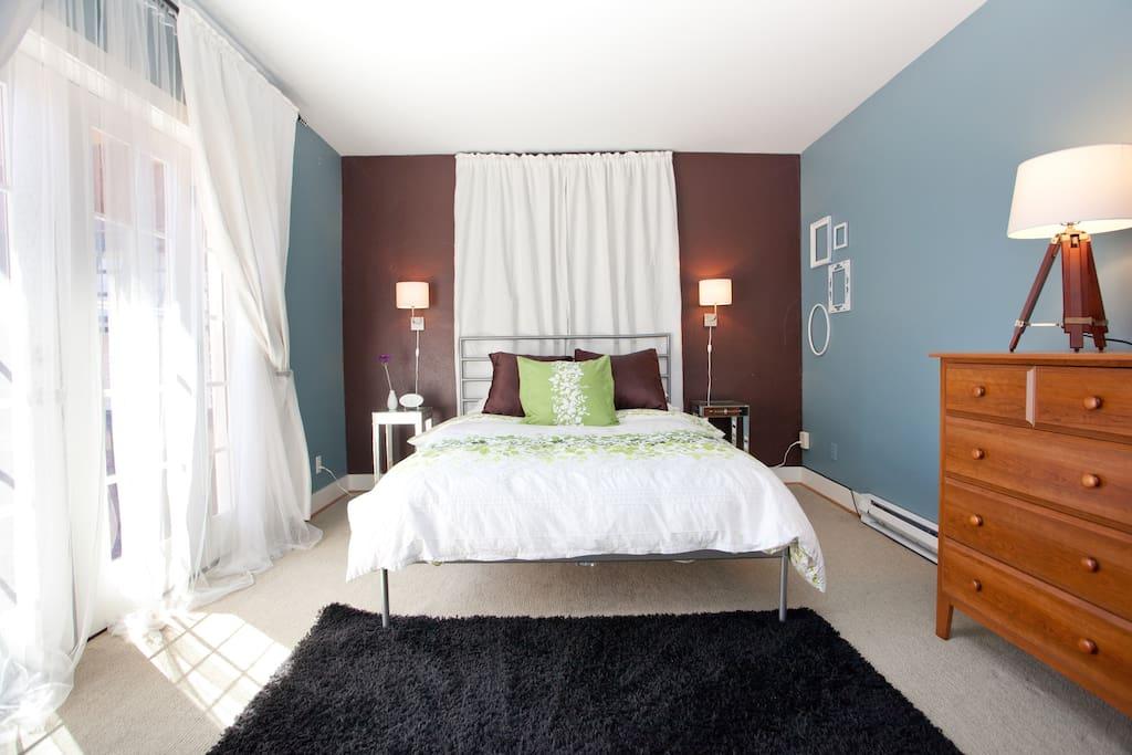 Bedroom (true bedroom with door) with Queen bed