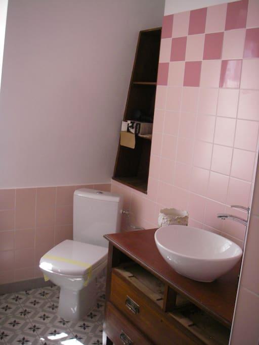 chambre avec salle d eau avec wc maisons louer issigeac aquitaine france. Black Bedroom Furniture Sets. Home Design Ideas