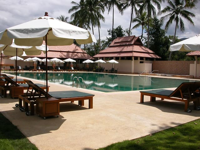 Huge swimming pool! (and 3 cabins) - Chiang Mai Thailand - Chalet