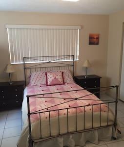 Spacious Master Bedroom Suite - Miami - Rumah