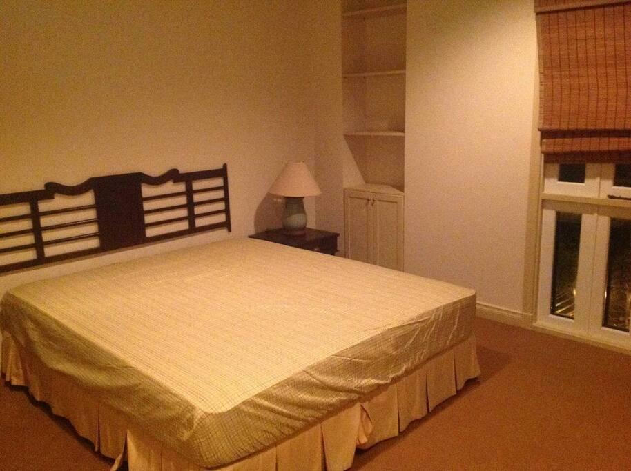 มีเตียงนอน โตีะเครื่องแป้ง ชั้นวางของ ตู้เสื้อผ้า