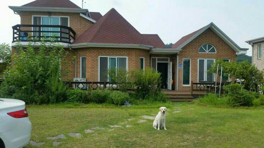 마당이 넓은 2층 전원주택 - 인천광역시 - House