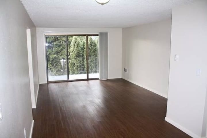 good location and bright rooms - Riverside - Flat